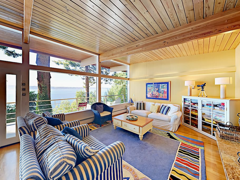 The living room offers a wood-burning fireplace and comfortable seating for 6.
