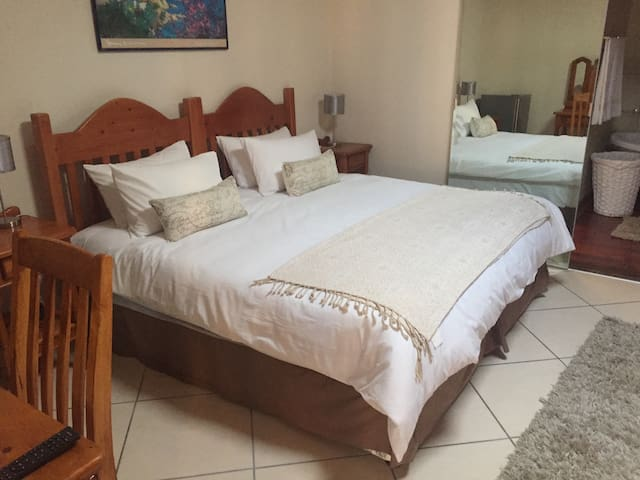 Luxury 9 bedroom guest house - Akasia - Bed & Breakfast