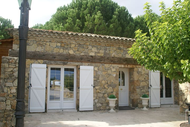 Lovely villa for 4 people with private pool 30 minutes from Sainte-Maxime.