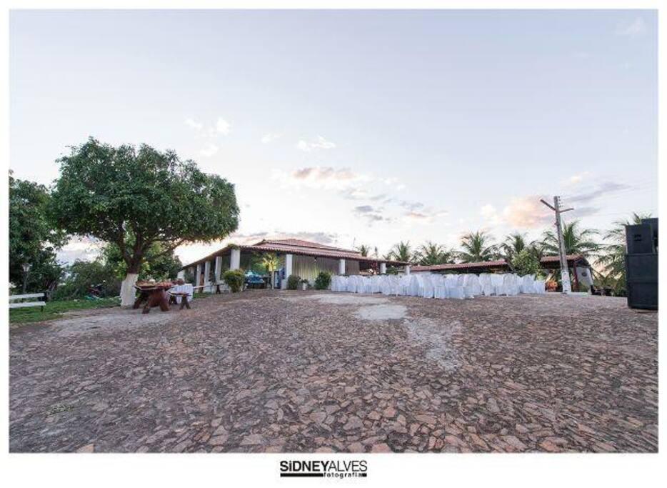 Área ampla para estacionar e realizar eventos