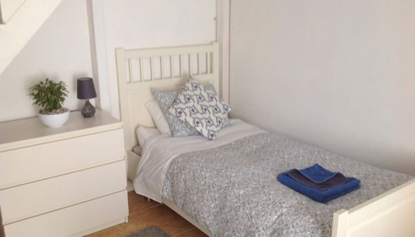 Single bed in awesome rural hideaway 'quite snug'