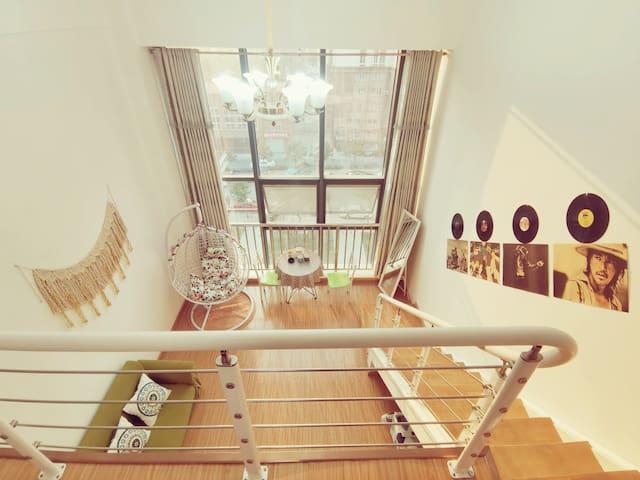 【唱享年华】瑶海万达广场小吃街loft复式公寓,分层空间唱享时光