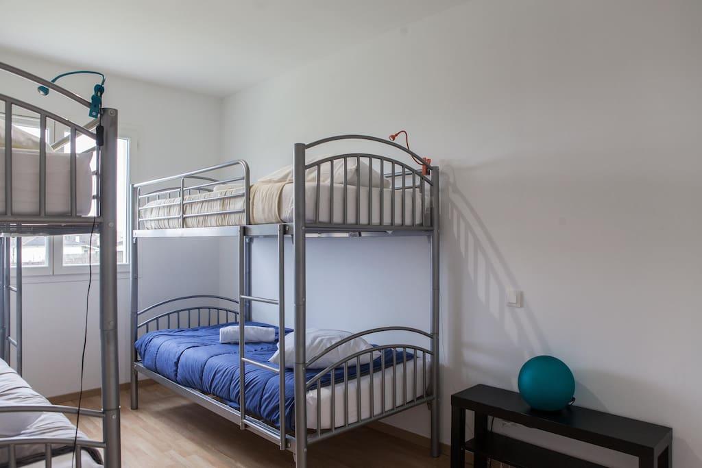 la chambre pour 4 avec lits superposés et vue sur le vignoble