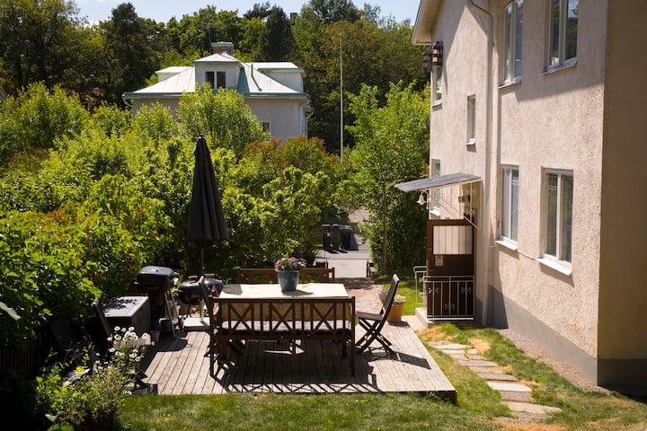 Liten 4:a i Bromma med egen uteplats och balkong.