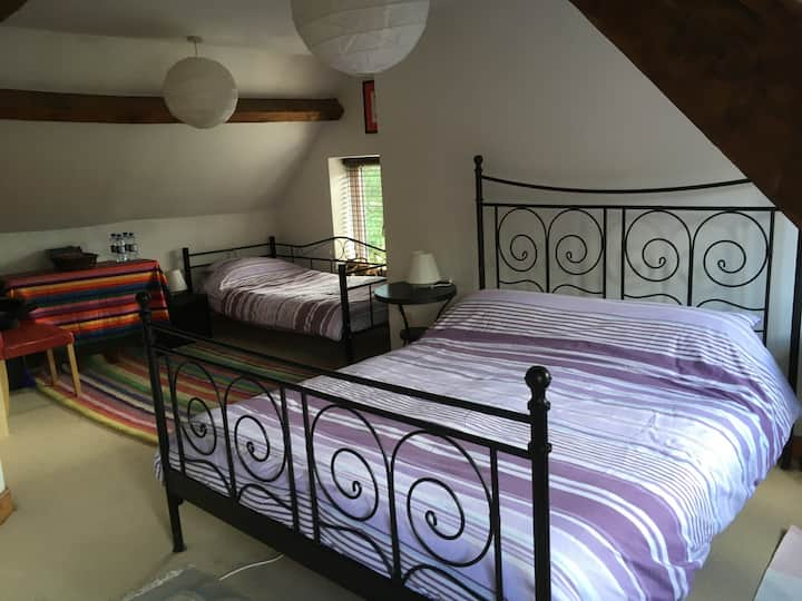 Large room Kingsize bed Lovely home Sleeps 4 max