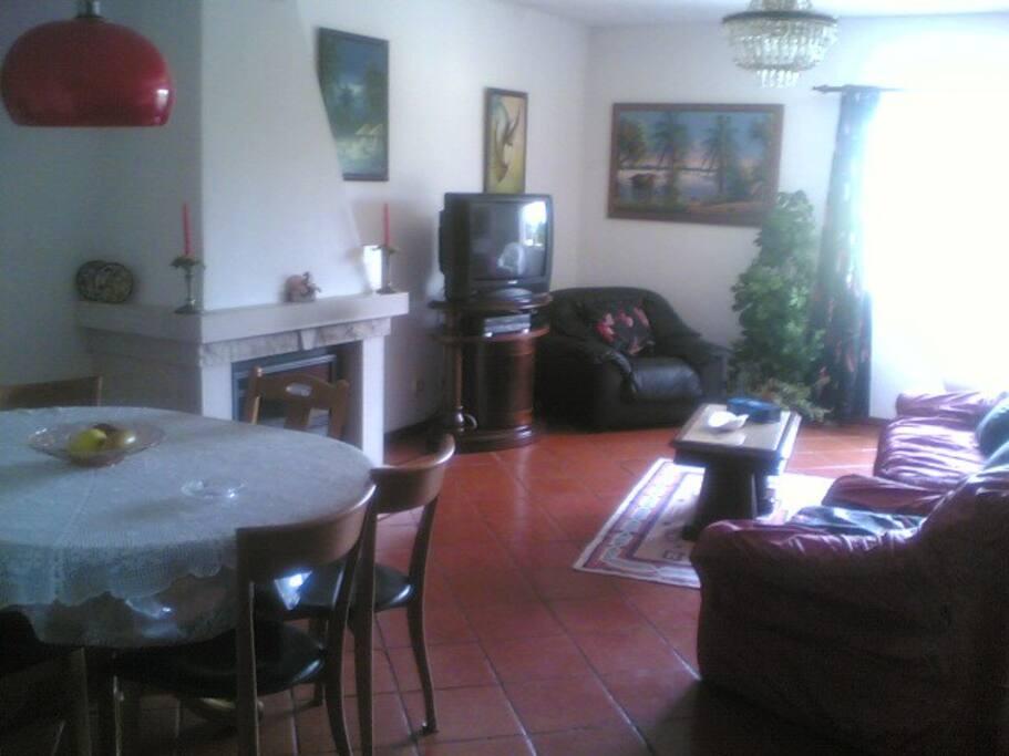 Salão de estar com sofá para uma pessoa