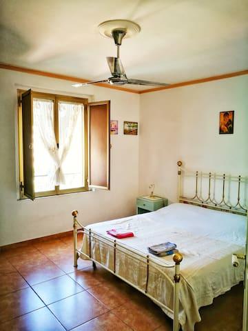 Camera matrimoniale 1 con ventilatore a soffitto.