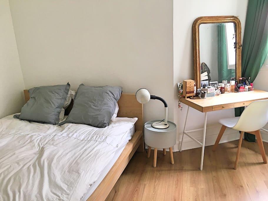 Queen size bed for cozy nights / Lit de 160 x 200 pour des nuits paisibles