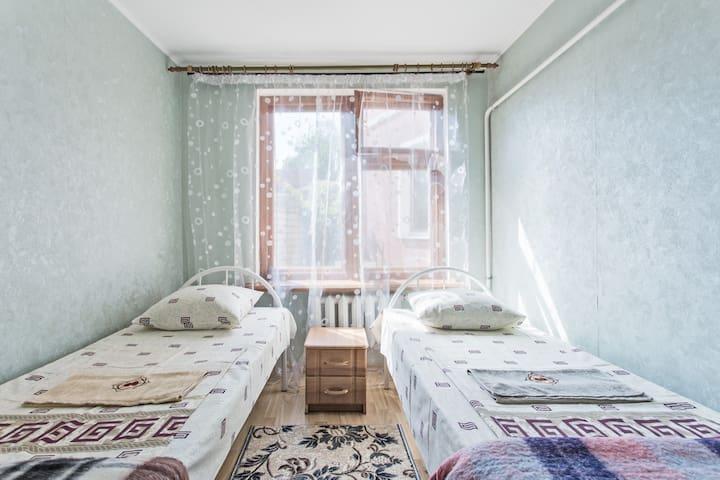 Спальня с двумя кроватями.