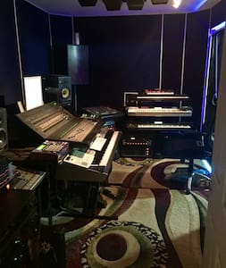 Recording and Film studio on site with producers - Los Angeles - Talo