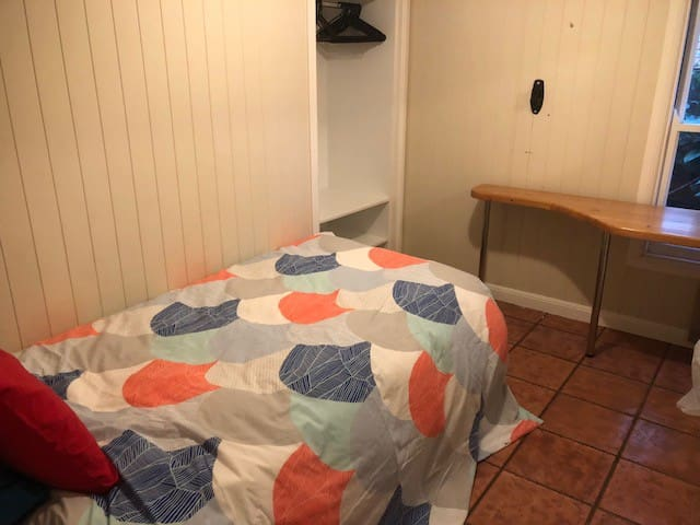 6. Small Room / Single Bed / Desk in Family Home