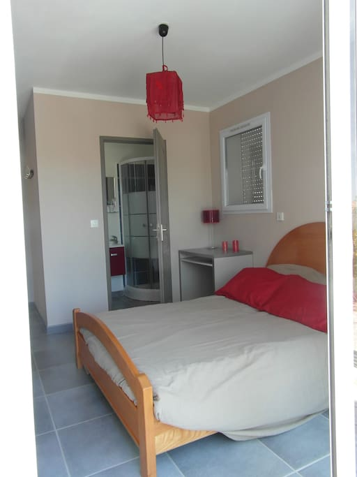 belle chambre independante h user zur miete in hy res provence alpes c te d 39 azur frankreich. Black Bedroom Furniture Sets. Home Design Ideas