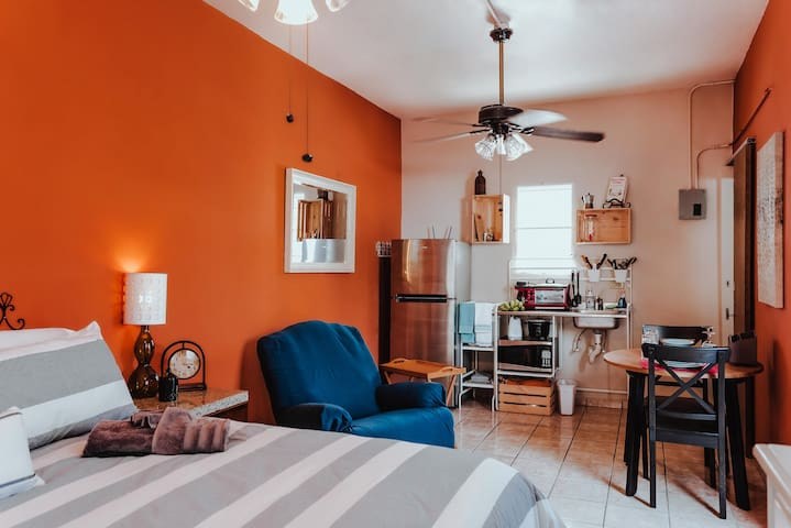 1 BR w/King Size + Kitchen + 7 min walk to UPR