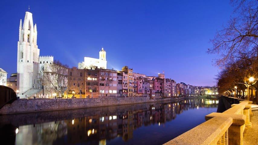 Girona: historical, vintage & wifi
