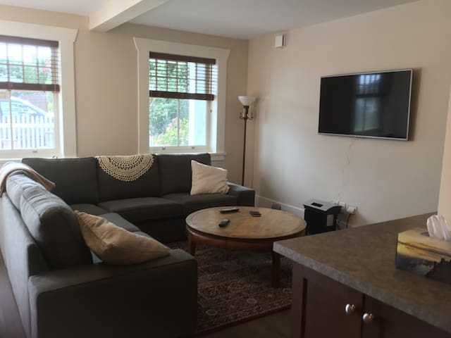 Queens Park private suite w/ continental breakfast