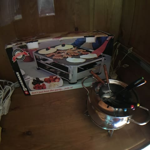 Bien apprécié en toutes occasion un four à raclette et deux plat à fondu électrique ... À vos fourchettes !!!
