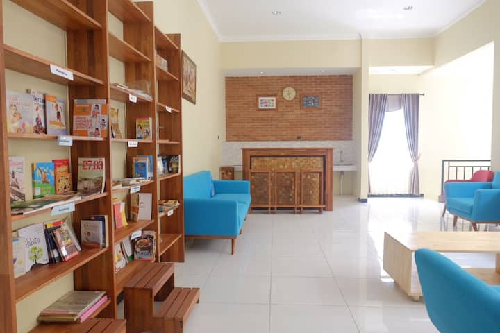 Kamar Anggun at Rumah Baca KopiCokelat Semarang