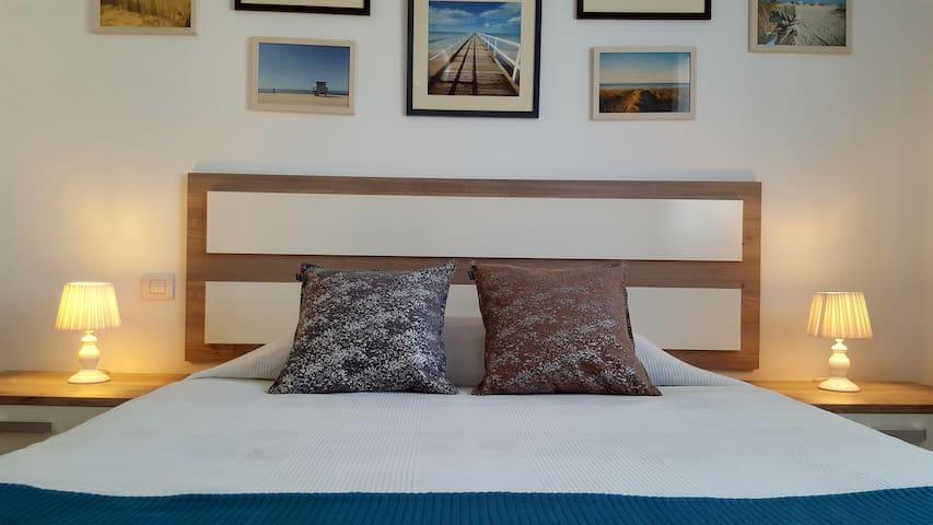 Cama doble en la habitacion principal con colchon de 150x200. Bedroom with king size bed.