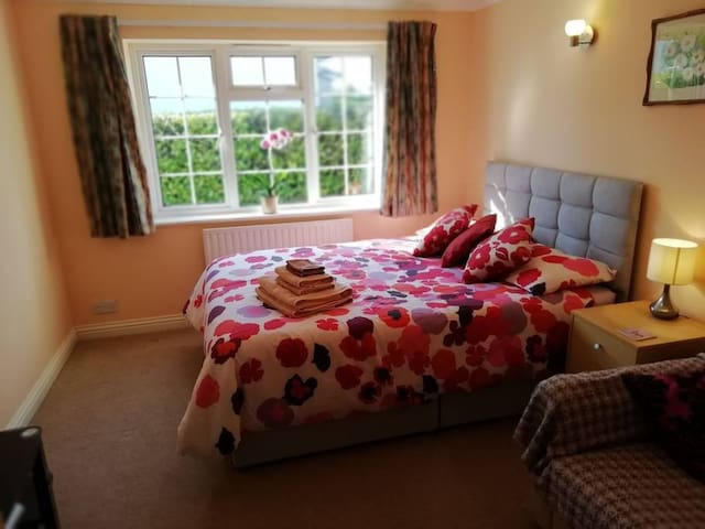Spacious double room in Corfe Mullen