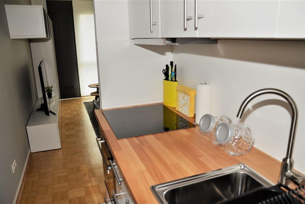 Blick von der neuen Küche in den Wohnbereich.