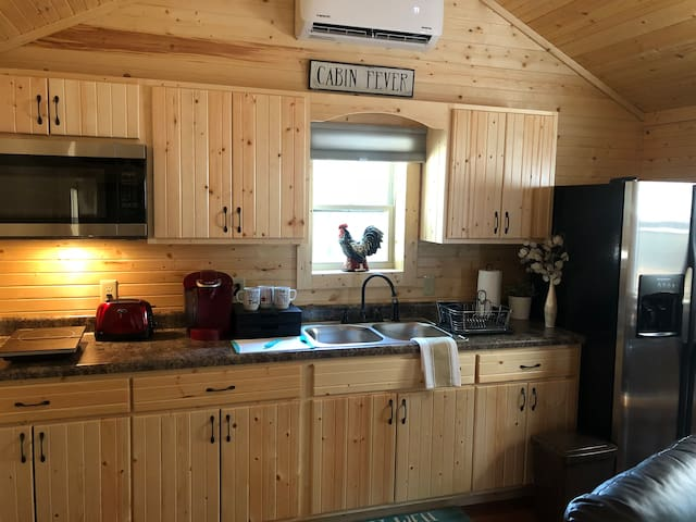 NEWLY BUILT CABIN ! Close to Asheville W/Hot Tub