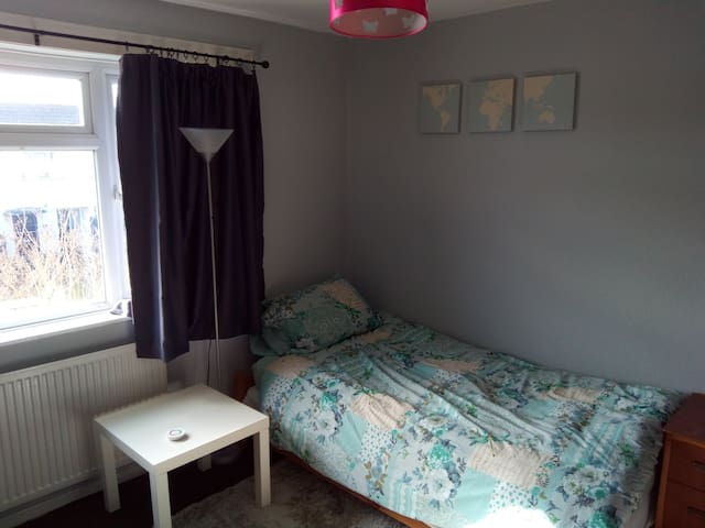 Spacious room in family home. No additional fee. - Oksford