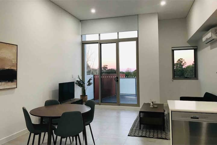 1 Bdroom Penthouse/WiFi/Parking/Coles/Train/Washer