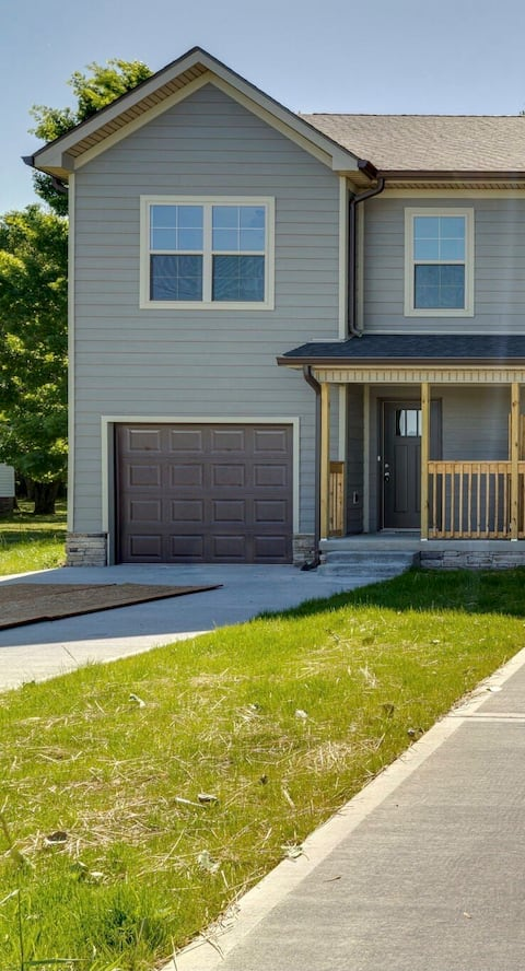 Beautiful 3 bedroom Townhome- Near downtown!