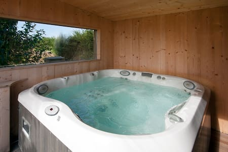 Peaceful, sauna, jacuzzi Gite Sud - House