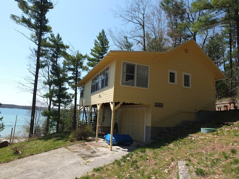 Hillside Cottage - ON CRYSTAL LAKE / PRIVATE BEACH