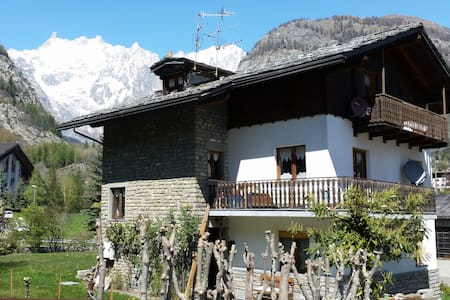 Apartment in Courmayeur close to the cable cab