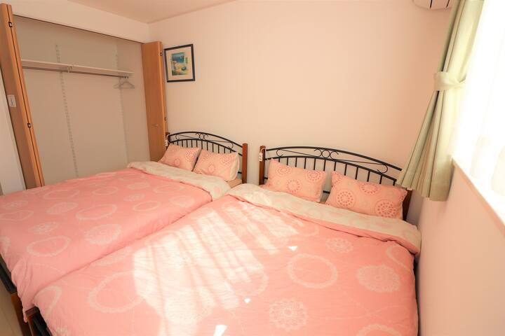 ~寝室2~ダブルベッド2台が並んだお部屋です。 クローゼットあり!