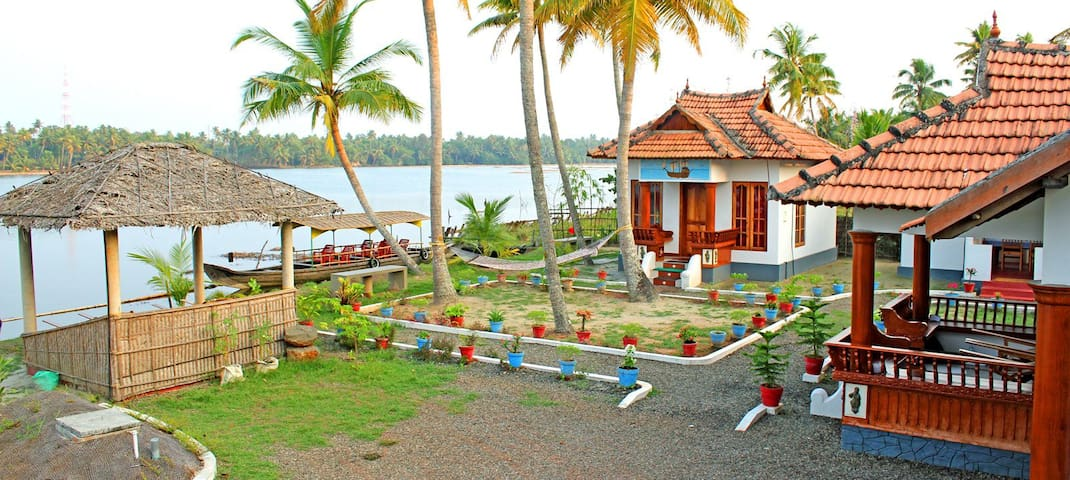 Breeze Backwater Homes - Kodamthuruth - Bed & Breakfast