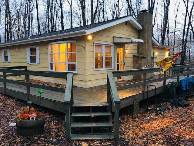Arrowhead Lake Poconos Cottage, steps from beach!