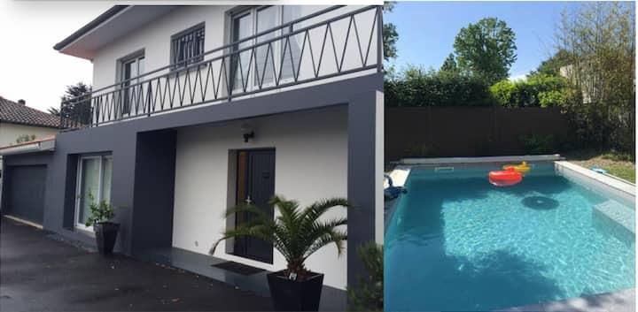 Villa avec piscine à 30´des plages, calme,en ville