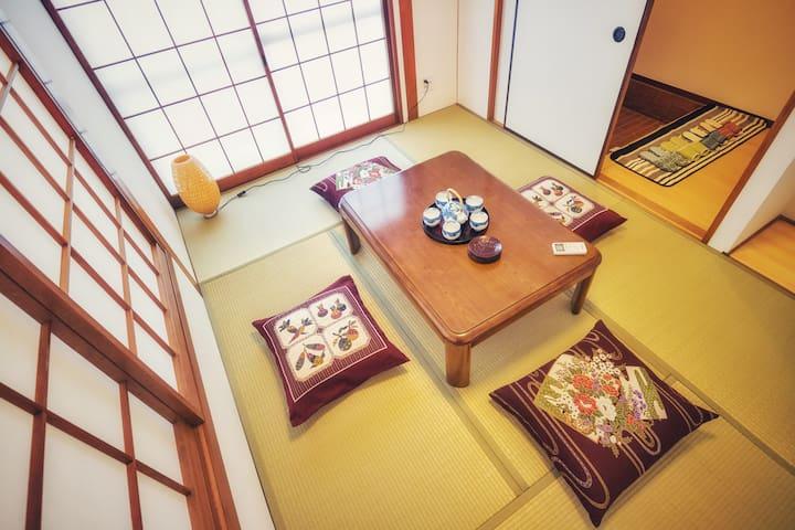 日式二层小楼 全新装修 独栋整租 四室一厅 二厕二卫 12人可 交通便利 固定+移动WiFi免费