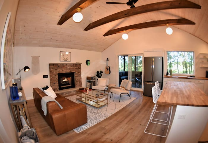 Renovated cabin with gorgeous views, hot tub, private deck and fire-pit. 5-minute drive to Kalahari!