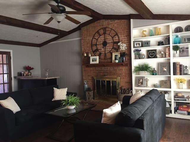 Wide Open Floor Plan, 3 BR in Great Location! - Louisville - House
