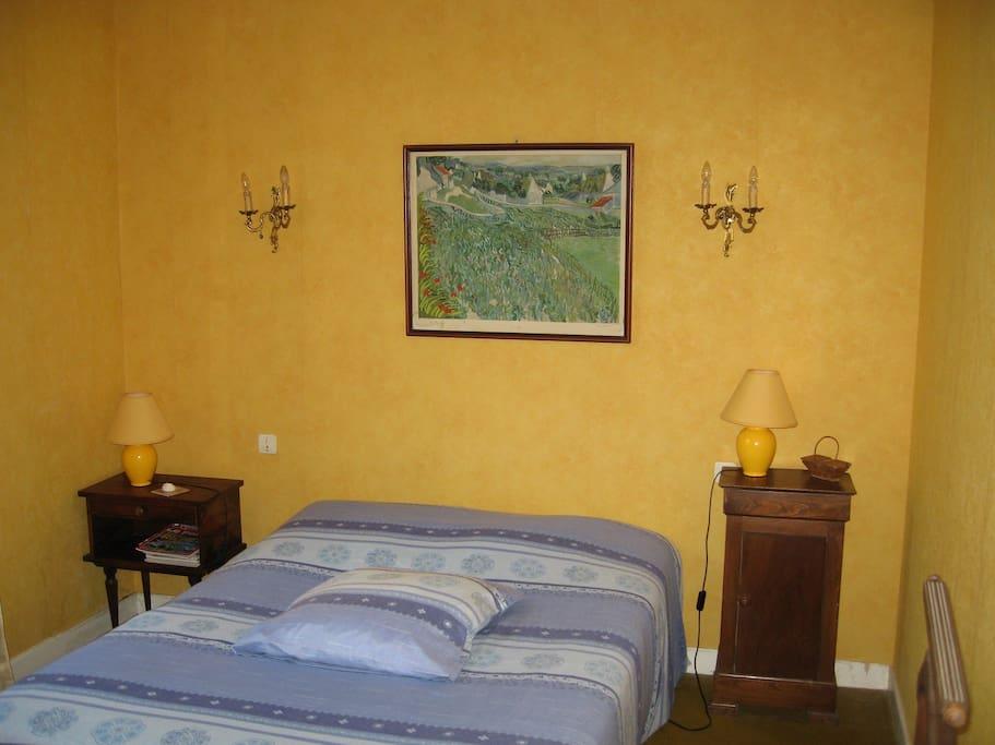 Chambre jaune avec lit 140