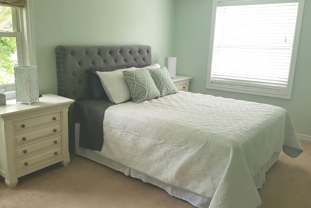 Queen  bed in a private bedroom and private ensuite bathroom! Located 5 minutes walking distance away from downtown Niagara On The Lake. Free parking for one vehicle, shared:  fully equipped kitchen, dining room, living room, and patio deck.