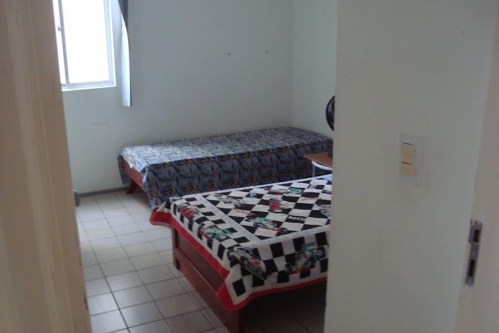 Quarto 2, com armário e varanda.