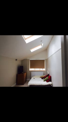 Double room in large family home - Surbiton