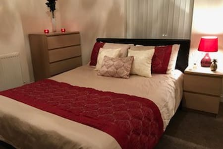Large Comfortable King Size Bedroom with extras* - 德比(Derby) - 独立屋