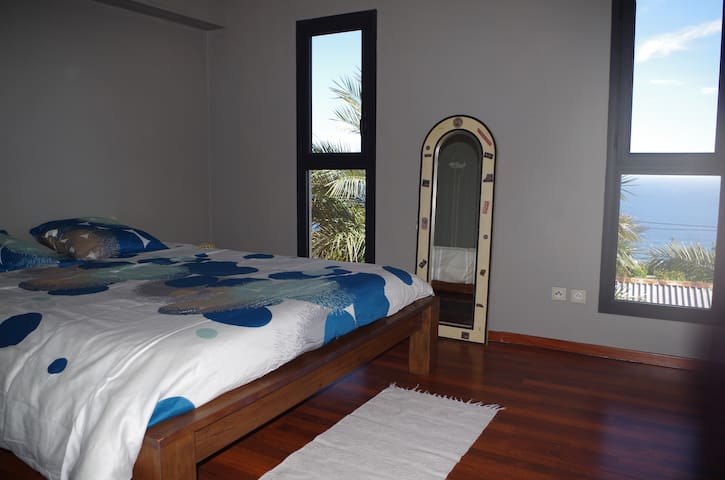 Bedroom with seaview - Les Avirons - Appartement
