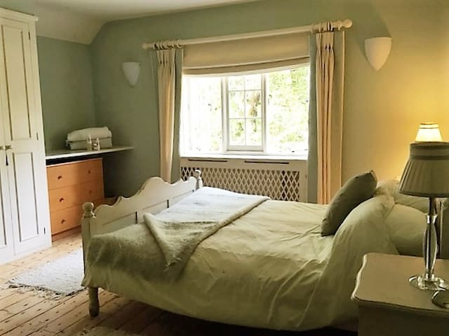 Double Bedroom, en-suite shower. Glorious views - Chiddingfold - Casa