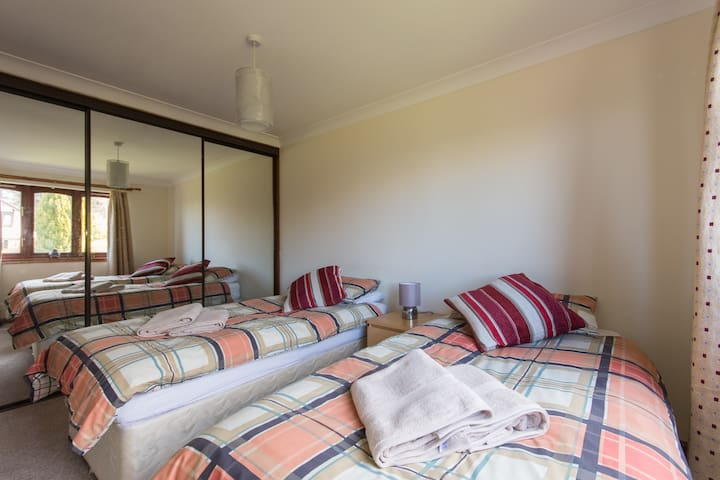 Twin room, quiet location, TV lounge & Car Parking