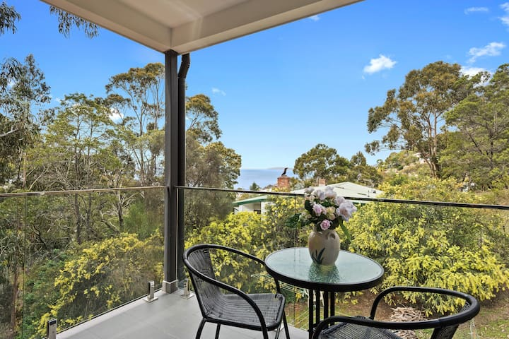 Treetops apartment with views - 15 mins to city