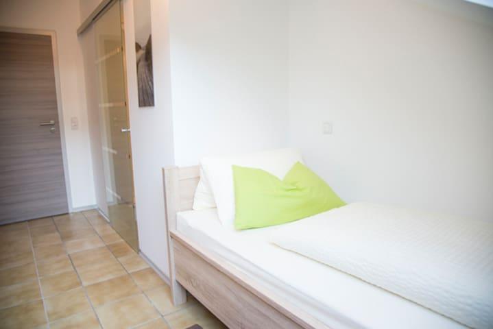 Pension Jederzeit (Wallersdorf), Einzimmelzimmer Mansarde - mit kostenfreiem WLAN