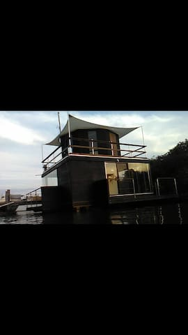 The Waterlily-Floating Bnb