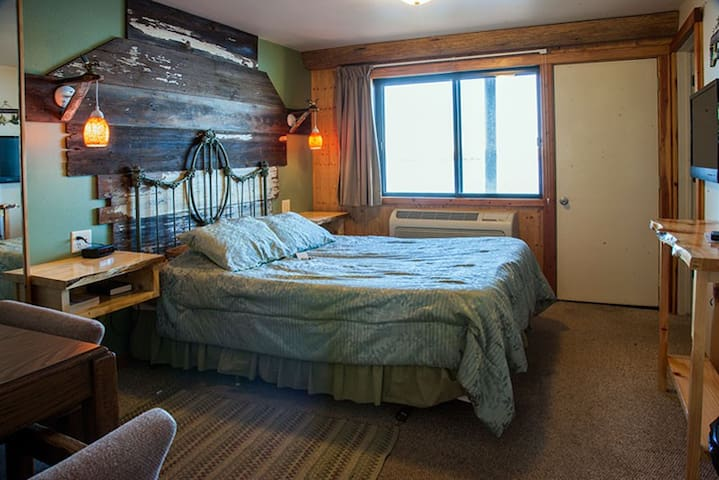 Room 1 - Hummingbird Haven - Curriers Lakeview Lodge